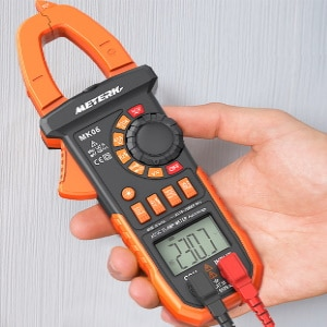 Pince amperemetrique en main, pour mesure d'intensité ou courant électrique facilement, sans débrancher fil, donc sans contact câble top4