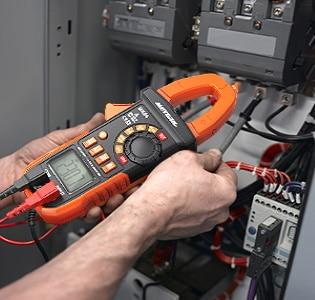 Utilisation pince amperemetrique pour mesure de courant ou tension, sur appareils électriques, sans débrancher fil de courant, automatique top4