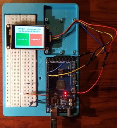 Platine d'expérimentation Arduino écran LCD couleur tactile et LED pilotée allumage extinction par programme code IDE axiseo